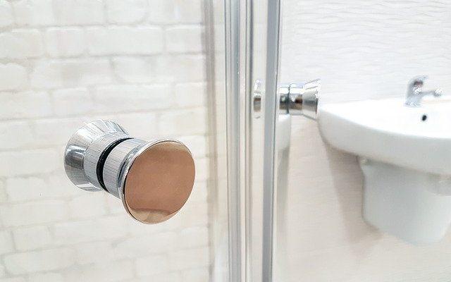 Как очистить душевую дверь от мыльной пены