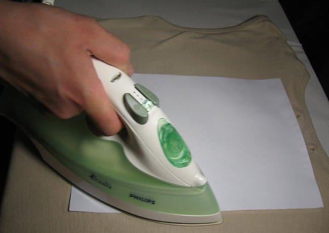 Чтобы не испортить утюг, накройте поврежденное место бумагой