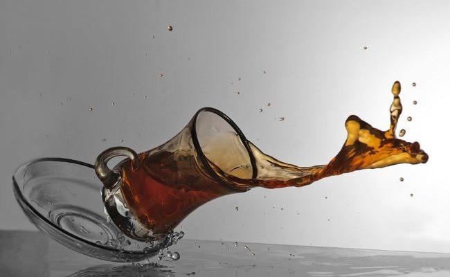 Как вывести пятно от чая на белой и цветной одежде