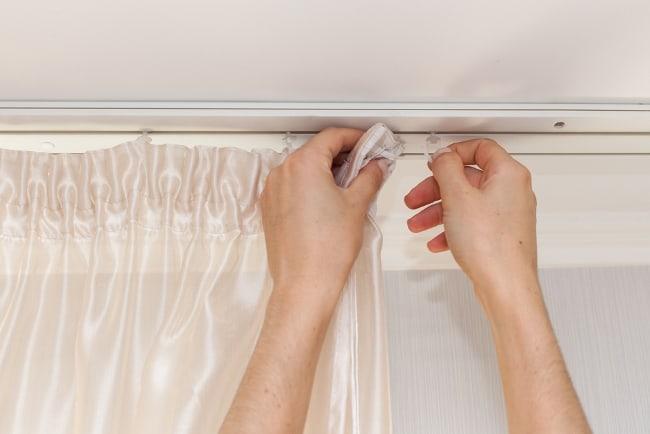 Многие хозяйки не сушат шторы, а сразу вывешивают их на место