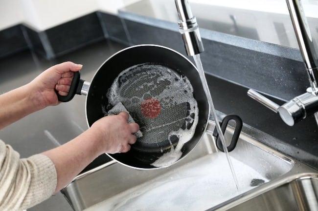 После приема пищи (и охлаждения сковороды) вымойте ее в теплой воде с моющим средством