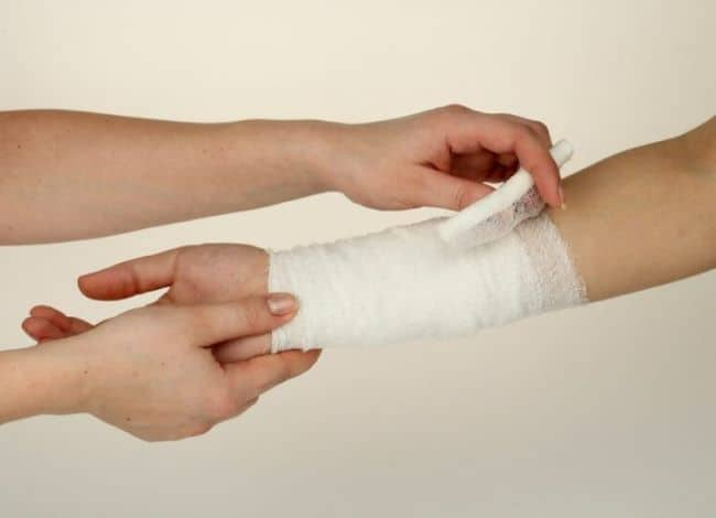 В случае кровотечения необходимо оказать первую медицинскую помощь и лишь затем приступать к уборке
