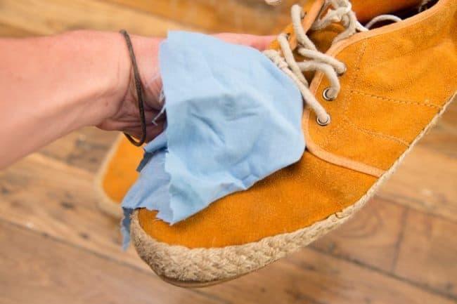 Уход за светлыми замшевыми сапогами: домашние методы и профессиональные средства