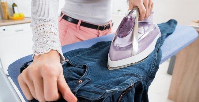 Как уменьшить джинсы: способы стирки и сушки