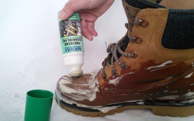Как быстро убрать солевые разводы с замши без вреда для обуви