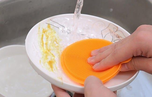 При ручном мытье посуды тёрку используют в тандеме с моющим средством