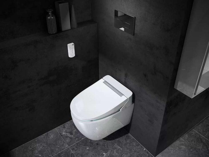Что сделать с унитазом в маленьком туалете, если ноги и лоб упираются в дверь