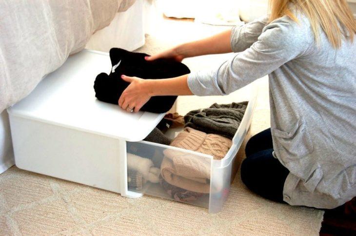 Как правильно хранить зимние вещи и обувь, чтобы они не испортились